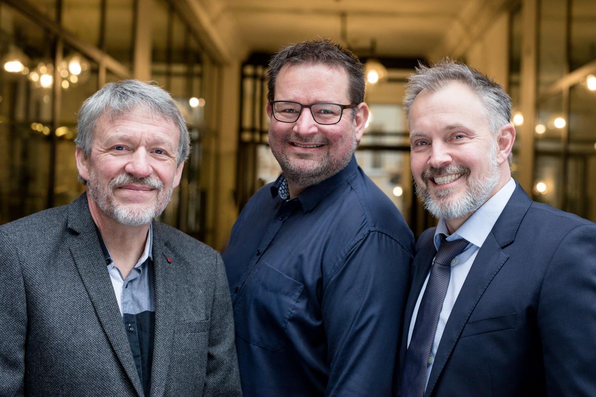 Photo des trois chercheurs danois (Peter Løvendahl du Département de biologie moléculaire et de génétique de l'Université d'Aarhus au Danemark, Jan Lassen de Viking Genetics et Henrik Bjørn Nielsen de l'Université technique du Danemark) venant de recevoir le prix Innovation Fund Grand Solution Prize