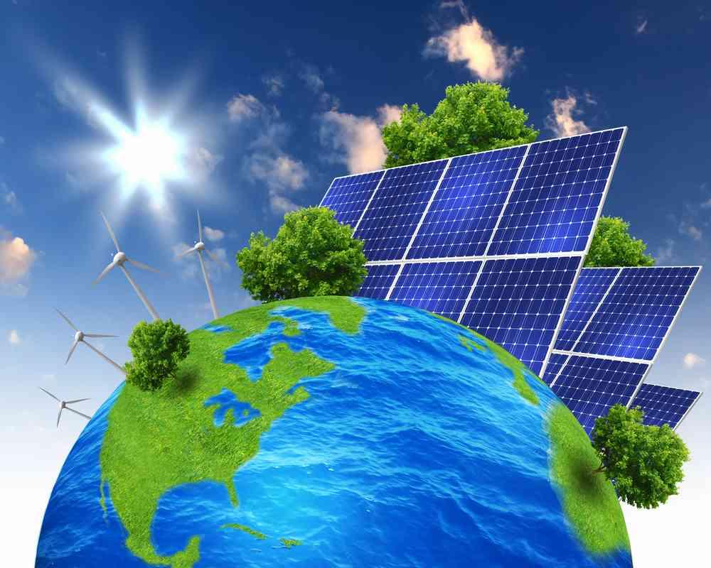 Le globe terrestre et en arrière plan des panneaux solaires